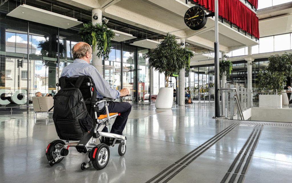 Dans quelles situations une personne est-elle contrainte d'utiliser un fauteuil roulant ?